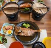 Набор японской кухни пара рыб бычеглазого окуня Пурпурн-Пятнать в соевом соусе стоковые фото