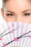 Наблюдает взгляд состава азиатский с бумажным вентилятором Стоковая Фотография
