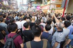 Наблюдатели, улица преграждая демонстрацию в 2014, Mong Kok, Гонконг стоковые фотографии rf