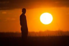 наблюдать захода солнца силуэта человека стоковая фотография rf