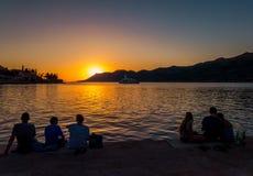 наблюдать захода солнца людей Стоковое Изображение