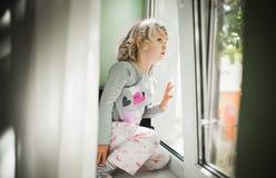 Наблюдать маленькой девочки стоковое фото rf