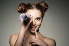 Наблюдать новости и сплетня Красивая девушка смотрит в телескопе внутри стоковые фотографии rf
