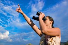 Наблюдать птицы с биноклями Стоковое фото RF