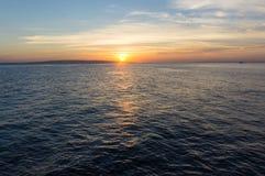 Наблюдая восход солнца на красном цвете Стоковое Изображение