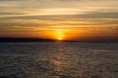 Наблюдая восход солнца на красном цвете Стоковые Фото