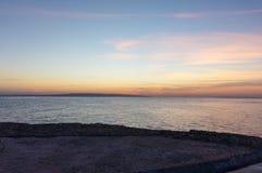 Наблюдая восход солнца на красном цвете Стоковое Фото