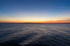 Наблюдая восход солнца на красном цвете Стоковые Изображения
