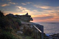 Наблюдая восход солнца на пляже Австралии Coogee Стоковое Изображение