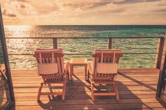 Наблюдая заход солнца в Мальдивах Стоковые Фото