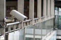 Наблюдение камеры CCTV на большом городе Стоковое Изображение RF