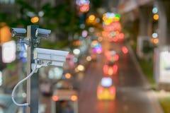 Наблюдение камеры Cctv управляя работать дальше на дороге ночи к защите внешней и транспорту подачи Стоковое Изображение RF