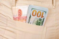 Навалите банкноты американских долларов и русских рублей Стоковое Изображение