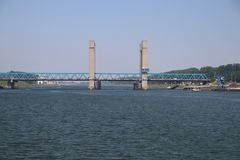 Наведите названное Calandbrug в гавани Роттердама над каналом Caland стоковое фото