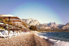 Навесы и салоны фаэтона на пляже лето неба seascape моря голубых утесов Стоковое Изображение