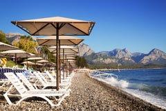 Навесы и салоны фаэтона на пляже лето неба seascape моря голубых утесов Стоковое Фото