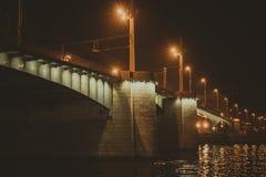 Наведите ночу в Санкт-Петербурге через реку Neva Стоковые Изображения RF
