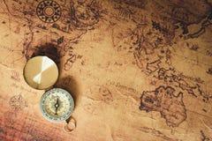 Навигатор исследует путешествие с картой компаса и мира , Назначение перемещения и планируя отключение каникул , Винтажная концеп стоковая фотография rf