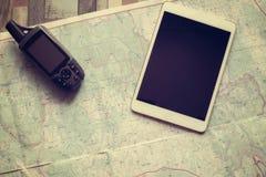 Навигатор и таблетка GPS на бумажной карте Стоковое Изображение
