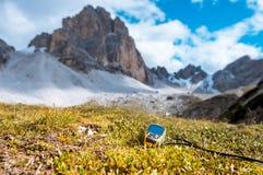 Навигатор GPS в доломитах Альпах руки Стоковые Изображения