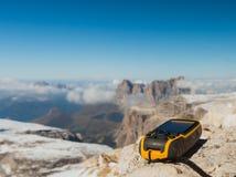 Навигатор GPS в доломитах Альп руки стоковые изображения rf