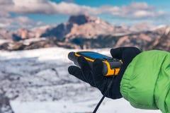 Навигатор GPS в доломитах Альпах руки Стоковая Фотография RF