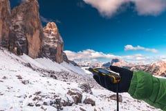 Навигатор GPS в доломитах Альпах руки Стоковое Изображение
