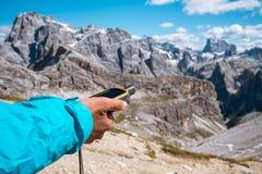Навигатор GPS в доломитах Альпах руки Стоковые Изображения RF