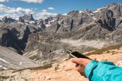 Навигатор GPS в доломитах Альпах руки Стоковые Фотографии RF