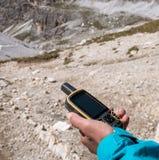 Навигатор GPS в доломитах Альпах руки Стоковые Фото