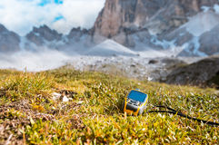 Навигатор GPS в доломитах Альпах руки Стоковая Фотография