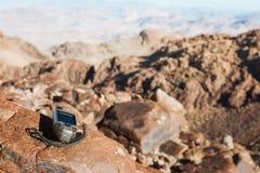 Навигатор GPS в пустыне стоковое фото rf