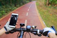 Навигатор gps пользы рук велосипедиста Стоковые Изображения