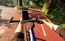 Навигатор gps пользы рук на мобильном телефоне Стоковая Фотография RF