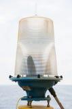 Навигационное средство на платформе в оффшорном, сигнале в морском пехотинце, свете показать вопрос в море на ноче Стоковая Фотография RF