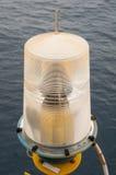 Навигационное средство на платформе в оффшорном, сигнале в морском пехотинце, свете показать вопрос в море на ноче Стоковое Изображение RF