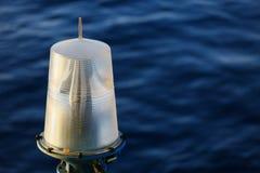 Навигационное средство на платформе в оффшорном, сигнале в морском пехотинце, свете показать вопрос в море на ноче Стоковое Изображение