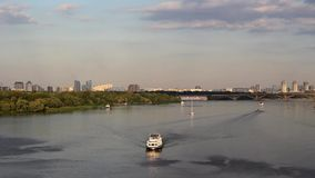 Навигация вечера на реке сток-видео