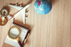 Навигация исследует планирования путешествием , Назначение перемещения и отключение каникул плана экспедиции , Взгляд сверху увел стоковые изображения rf