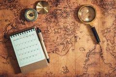 Навигация исследует планирования путешествием , Назначение перемещения и отключение каникул плана экспедиции , Конец вверх увелич стоковые фотографии rf