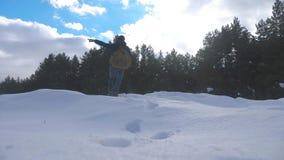 Навигация концепции человек пункты зимы вручают для того чтобы встать на сторону показывает направление в снеге рядом с видео зам акции видеоматериалы