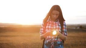 Навигация положения поиска wanderer девушки силуэта hiker битника идя на smartphone мобильного телефона для того чтобы найти прав акции видеоматериалы
