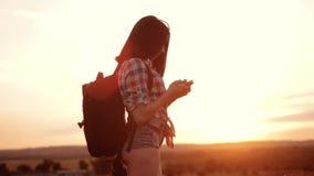 Навигация положения поиска wanderer девушки силуэта hiker битника на smartphone мобильного телефона для того чтобы найти правый п сток-видео