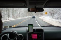 Навигация снежной дороги вождения автомобиля зимы Стоковое Изображение RF