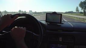 Навигация GPS в автомобиле при человек управляя 4K сток-видео