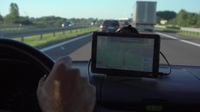 Навигация GPS в автомобиле при человек управляя 4K акции видеоматериалы