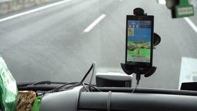 Навигация GPS на smartphone видеоматериал