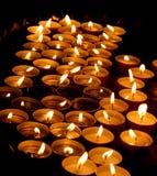 Навощите свечи освещенные верным во время торжества Eu Стоковое фото RF