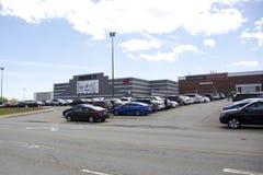Навсегда 21 и H&M видимые на экстерьере торгового центра Mac Mic стоковое фото rf