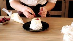 Навыки печенья украшая пуская торт по трубам ягод сливк сток-видео